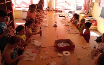 Prvošolci in šestošolci ustvarjamo skupaj